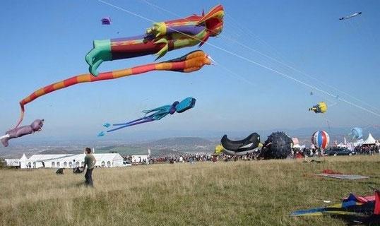 Ci-dessus, de grands monofils ou structures gonflables sur le Plateau de Gergovie pendant son festival annuel : Cervolix.