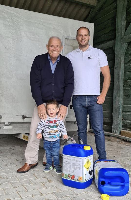 Voor de aanhanger: Han Verburg, Thomas Verburg en Oliver Verburg (zoon van Thomas)