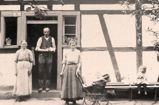 Herr Ronneburg im Kinderwagen vor seinem Elternhaus. Bild: Helmut Ronneburg