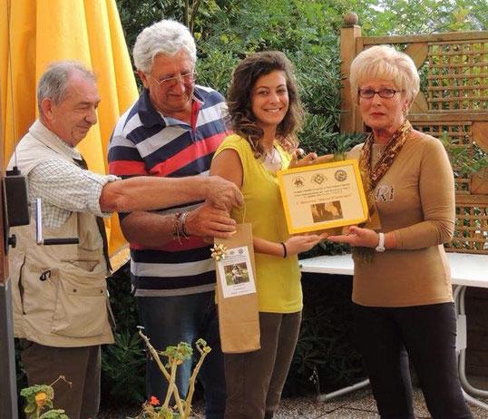 Alessandra Fioravanti riceve il Premio Memorial D'ambrogio dai genitori di Gianni