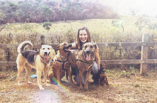 A Amiga dos Cães, Claudia D. Lang, e seus cães