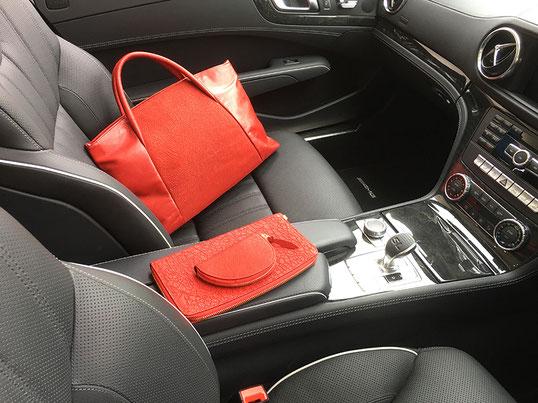 赤が好きな人にはたまりません!鞄、クラッチブッグ(ハード)、キーホルダーの組合せ