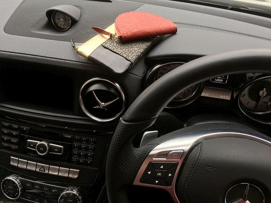 財布とキーホルダーをダッシュボードに置いてみました