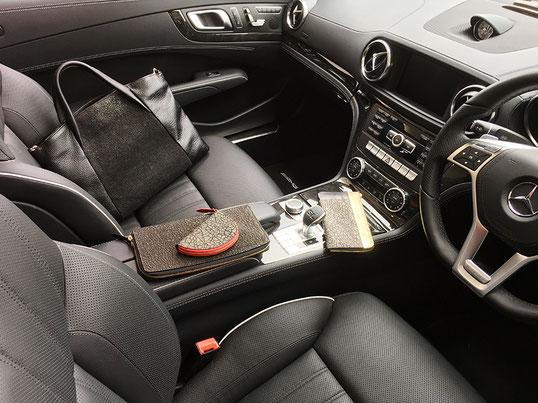 黒関係のひび割れで揃える組合せ。鞄、クラッチバッグ(ハード)、財布、キーホルダー