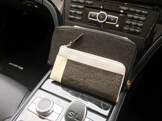 クラッチバッグ(ハード)と財布をセンターコンソールに置いてみました