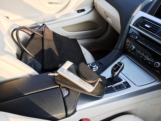 黒のひび割れシリーズに、銀色の入った財布を入れてみました。内装のシルバーともコーディネートされてます。