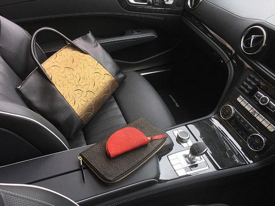 鞄、京織りは二色のリバーシブルになっております