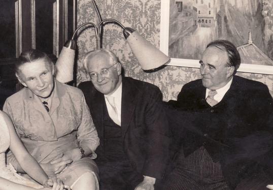 Historische Aufnahme des Salons im Schwarzen Haus, 1958: Von links nach rechts: Erna Heinen-Steinhoff, Hanns Heinen und Erwin Bowien