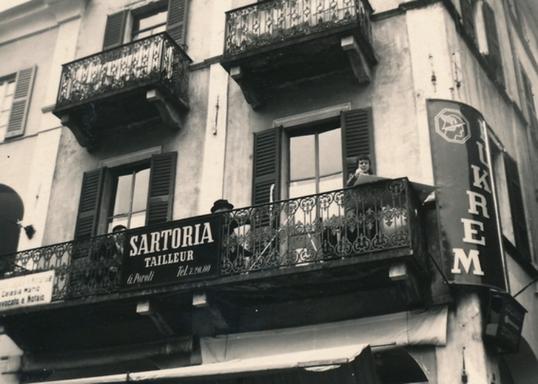 Historisches Dokument: Bettina Heinen-Ayech beim Malen mit Ihrem Lehrer Erwin Bowien auf einem Balkon in Locarno, 50er Jahre