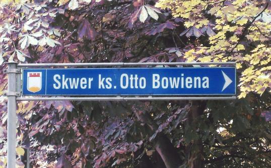 """Im Jahr 2002 wurde ein Teil des historischen """"Südparks"""" des renommierten polnischen Seebades Sopot (Zoppot) bei Danzig nach Otto Bowien benannt (Skwer ks. Otto Bowiena)"""