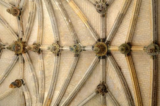 Une partie des 44 clés de voûte de l'église Saint-Denis de Poix: unique en Europe