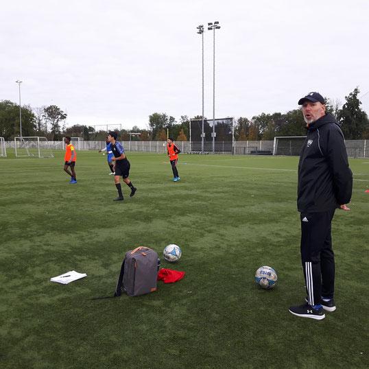 Scouts Remco Boere in gesprek met DWS man Rutger Oudshoorn. Ook FC Utrecht was aanwezig