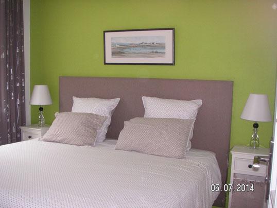 chambre rez de chaussée lit extra large, taupe et verte, lampes en verre, aquarelle marine, rideau taupe