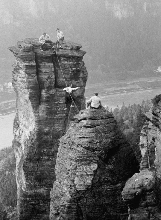 Seilschaft bei der Erstbesteigung des Niedergrundwächters, 1910