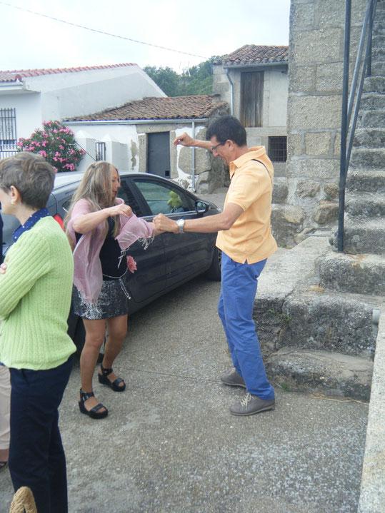 Antonio y Merche bailan la jota. F. Pedro.
