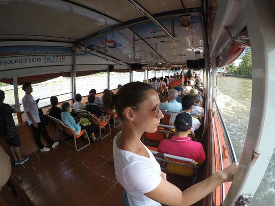 Monja auf dem Boot in Richtung Chinatown