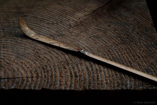 本金の金箔を漆で煤竹に定着させています