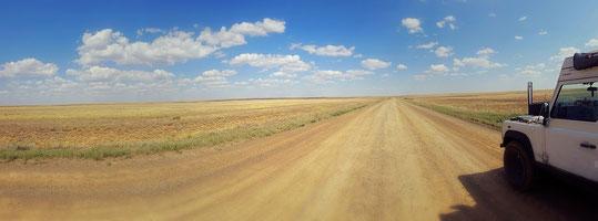 A-26 Schotterstrasse in der kasachischen Steppe
