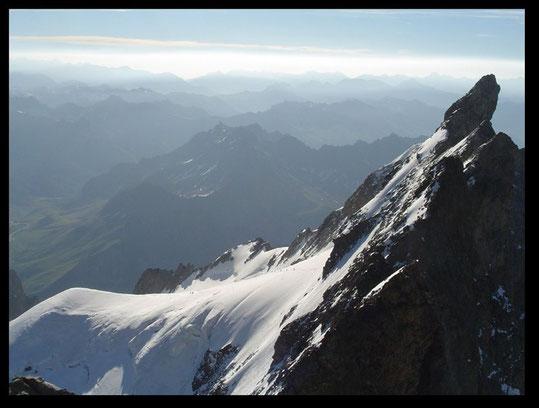 Une cordée sur  le glacier, au pied du Doigt de Dieu et des Arêtes de la Meije. Vue depuis le Grand Pic. Des moments forts et inoubliables !