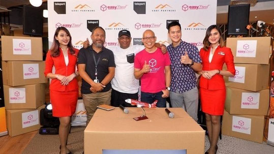 (l to r): Gobi Partners MD Malaysia Jamaludin Bujang; CEO AirAsia Group Tony Fernandes; Founder + CEO EasyParcel Clarence Leong, CEO of Teleport Pete Chareonwongsak flanked by AirAsia Cabin Crew. Photo – Air Asia
