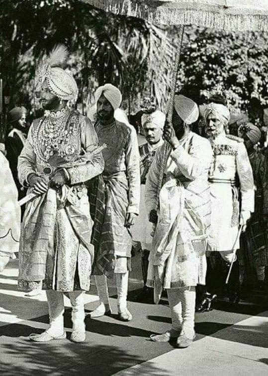 1933. S.A   YADAVINDRA SINGH 1913+1974  (1938/1974). LE PLUS RESPECTE et LE PLUS AIME. Ici portant  le fameux collier Cartier en mars 1933, le jour de ses noces avec la première Maharani Hem Prabha Devi