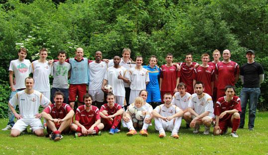 Nach getaner Ligapflicht: Die Spieler unserer beiden Mannschaften beim lockeren Saisonabschlussfoto. (Foto: Bonnekamp)