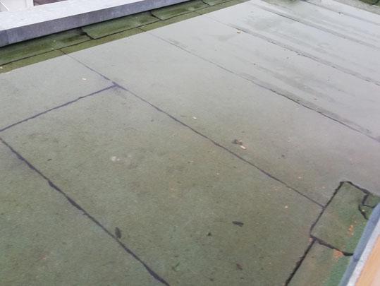 Auf der Terrassenabdichtung stand vollflächig Wasser.
