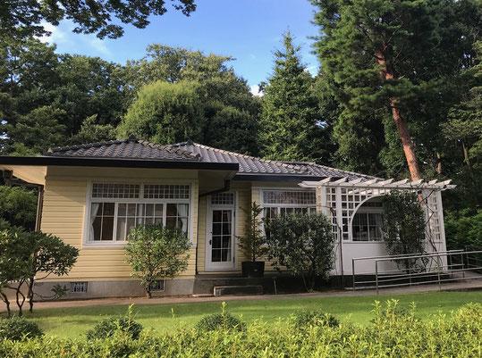 8月27日(2020) 雑木林と洋館:1925年(大正14)に建てられた田園調布の家(大川邸)です。小金井にある江戸東京たてもの園に復元展示されているもの