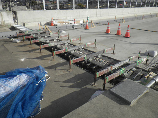 橋面工 伸縮装置 設置中写真