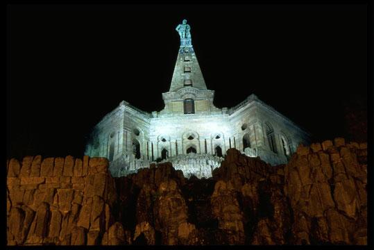 Beschreibung: Über allem thront die 8,25 Meter hohe, in Kupferblech getriebene Nachbildung des antiken Herkules Farnese, der ersten Kolossalfigur der Neuzeit nördlich der Alpen.