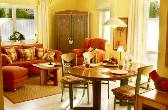 Ferienwohnungen Bad Staffelstein idyllische Lage, gedeckter Tisch, Blick nach Bad Staffelstein, Landhaus-Gemütlichkeit mit gedecktem Kaffetisch