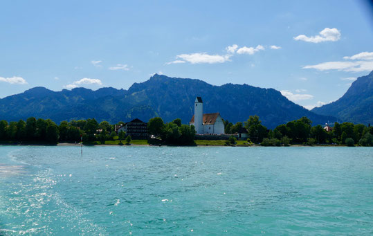 Der Stausee Forggensee mit den Allgäuer Alpen
