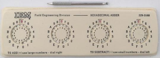 IBM HEXADECIMAL ADDER, base 16, hacia 1957, hecho por Sterling Plastics, 23x7 cm