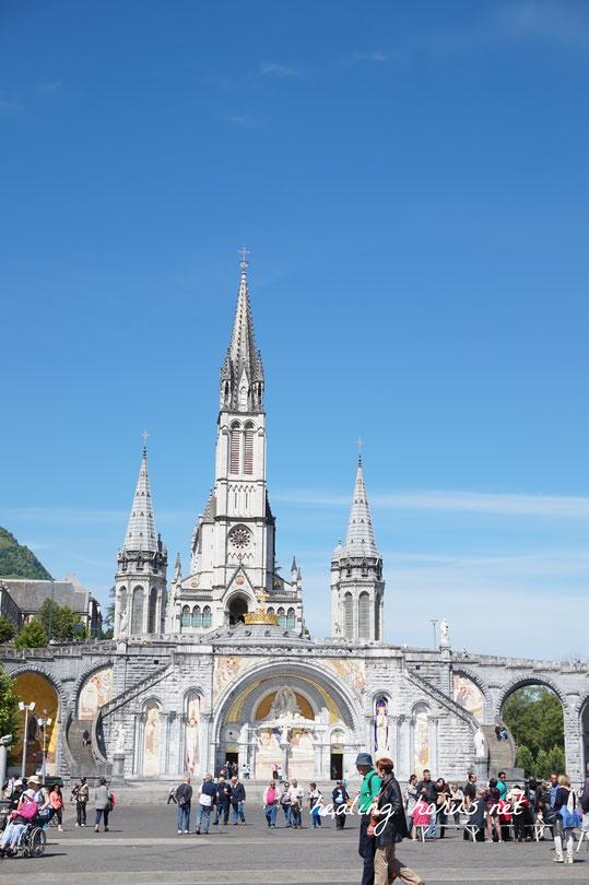 ルルドの大聖堂を正面から。ルルドにいるときはずっと晴天続きだった。