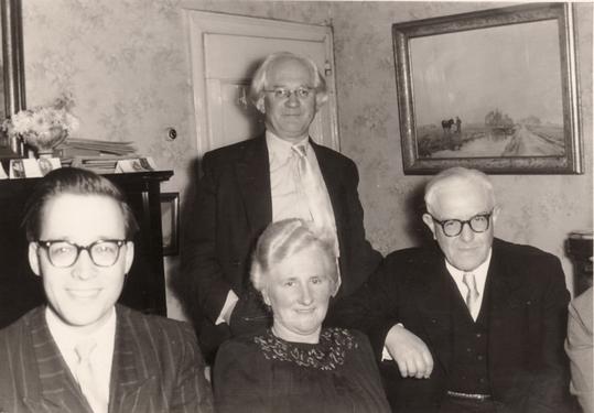 Historische Aufnahme des Salons im Schwarzen Haus, 1956: Von links nach rechts: Hans van Els, Hanns Heinen, Fine Schweitzer und Heinrich Schweitzer im Salon des Schwarzen Hauses