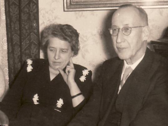 """Dr. Johannes van Els im Gespräch während eines Treffens des """"Salons"""", 1952"""