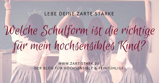 4 Schulmädchen vor einer Tafel