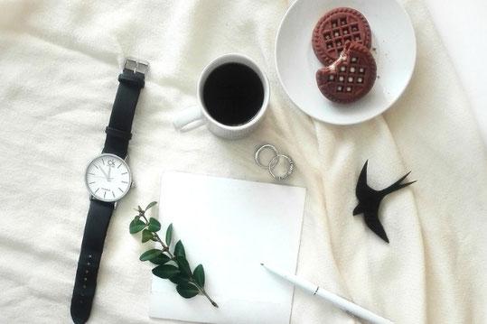 花かんむりをかぶったイースターエッグのたまご。目を閉じた顔がかかれている。