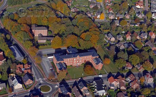 Haxtum, Oldersumer Straße mit Kreisel, Wasserwirtschaftsamt und Gesundheitsamt.