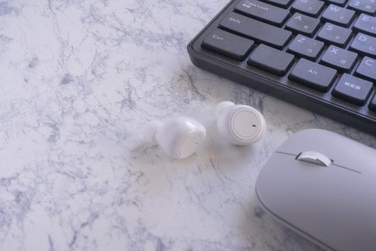 バインダーファイルとボールペン。レモンの輪切りとオレンジ色のマカロン。黄色の花。