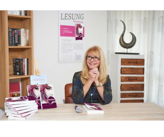"""Autorin Pia Stein bei einer Lesung ihres Buchs """"Intuition - der Weg aus den Schattenjahren"""""""