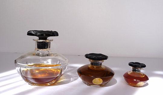 1911 - LE NARCISSE NOIR PARFUM - SERIE DE 3 FLACONS EN CRISTAL - BOUCHON CRISTAL NOIR EN FORME DE FLEUR. CREATION JULIEN VIARD