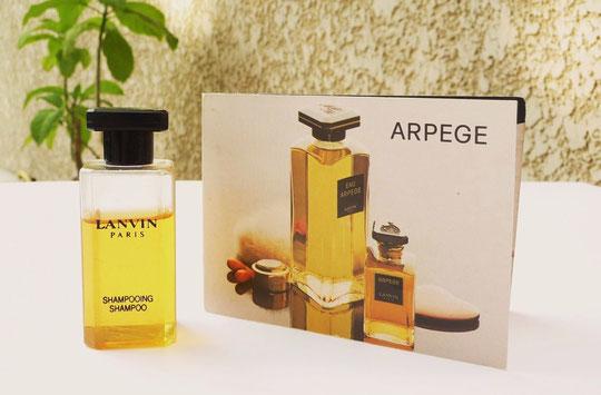 ARPEGE - MINI FLACON SHAMPOOING EN PLASTIQUE AVEC ECHANTILLON ANCIEN POUR LA GAMME ARPEGE