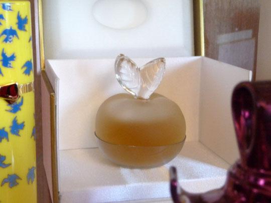 1)  FILLE D'EVE - PARFUM : FLACON CRISTAL PATINE CREE PAR PARC LALIQUE - DANS ECRIN SATIN ROSE