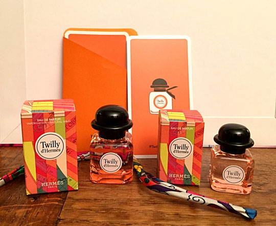 LIGNE COLOREE DE LA FRAGRANCE TWILLY HERMES : ICI DEUX MINIATURES DE TAILLE DIFFERENTE, AVEC LE CELEBRE BRACELET TWILLY