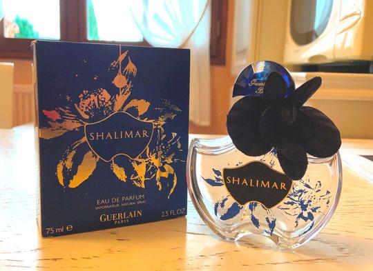2009 - SHALIMAR : FLEUR DE SHALIMAR - VAPORISATEUR EAU DE PARFUM 75 ML, COL ORNE D'UNE FLEUR BLEUE