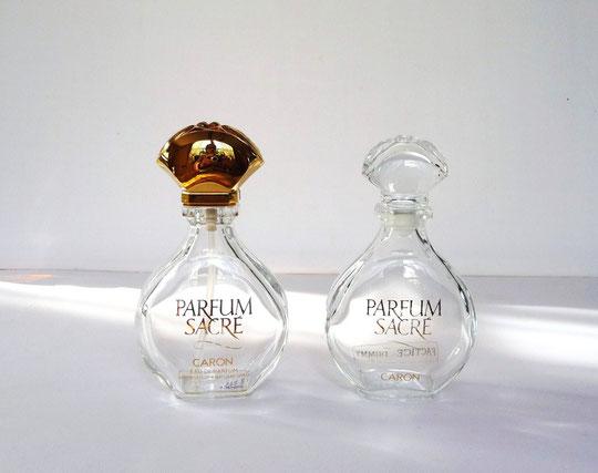 1990 : PARFUM SACRE - 2 FLACONS DIFFERENTS DE 50 ML : 1 FLACON VAPORISATEUR POUR L'EAU DE PARFUM ET 1 FLACON RECHARGEABLE