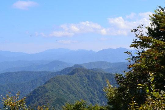 山頂から冠山を望む・・・近いうちに登りたい山の一つです