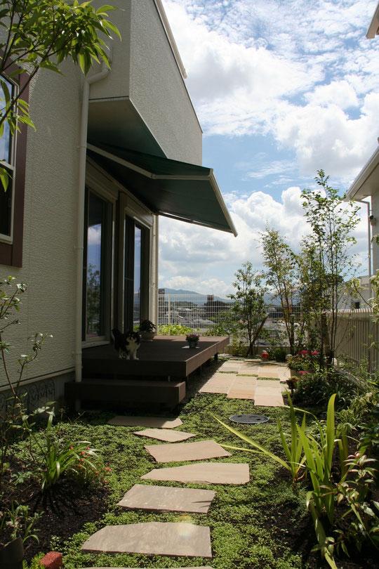 太陽のまぶしい光をさえぎるオーニングと植栽が南欧風のガーデンの雰囲気をもたらします。瀬戸市の高台のロケーションも最高です。