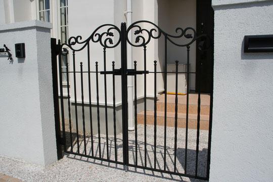 門扉はLIXILのラフィーネ1型 柔らかいデザインがかわいい